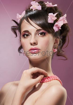 Фотография на тему Красивая женщина с цветами в волосах