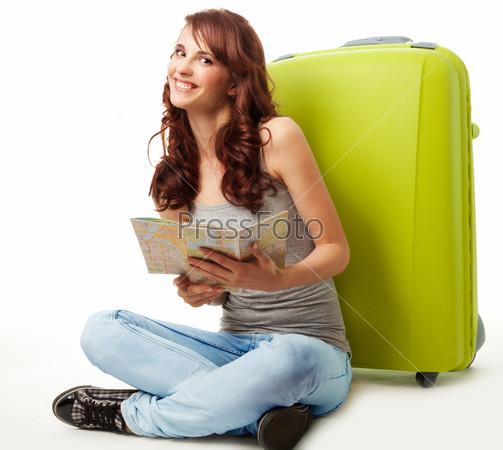 Счастливая девушка с картой и багажом