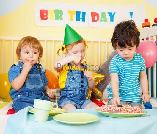 Мальчики и девочка на дне рождения