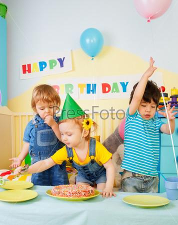 Трое детей веселятся на дне рождения