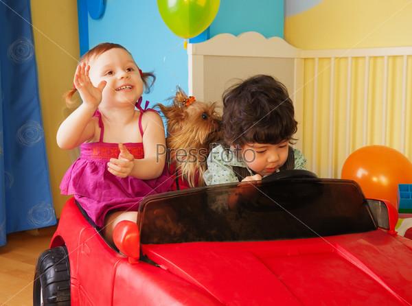 Фотография на тему Дети с собакой в автомобиле