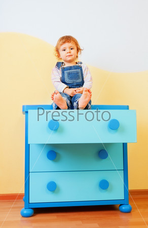 Малыш сидит на комоде