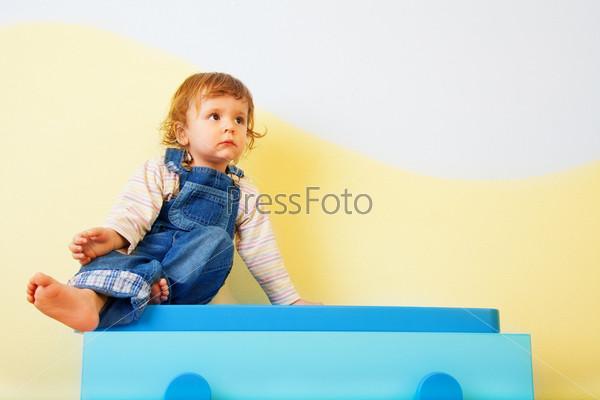 Фотография на тему Малыш сидит на комоде