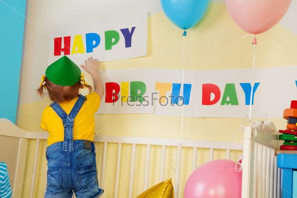 Фотография на тему Маленькая девочка готовится ко Дню рождения