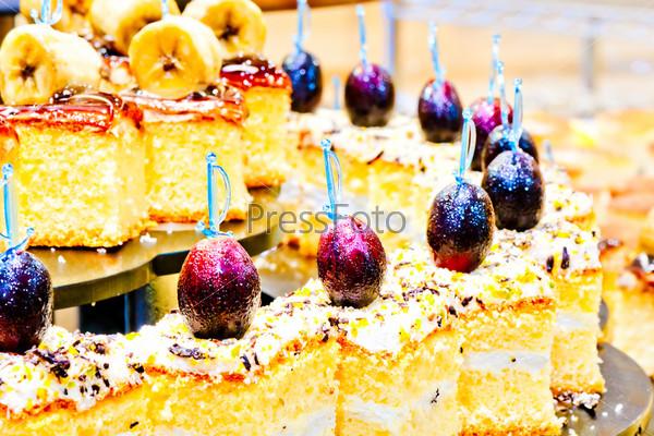 Фотография на тему Десерт со взбитыми сливками и виноградом на шампурах