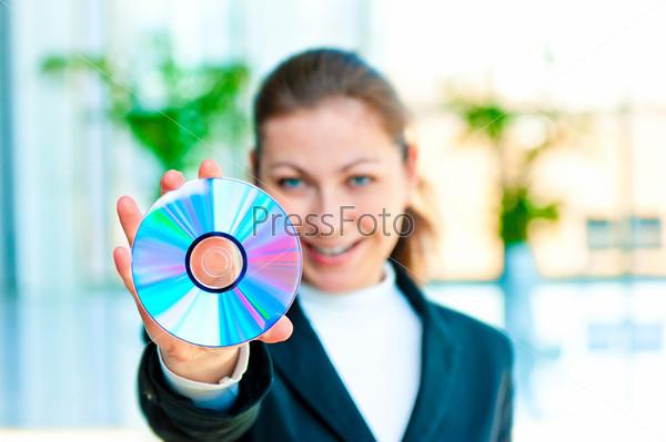 Счастливая бизнес-леди с компакт-диском