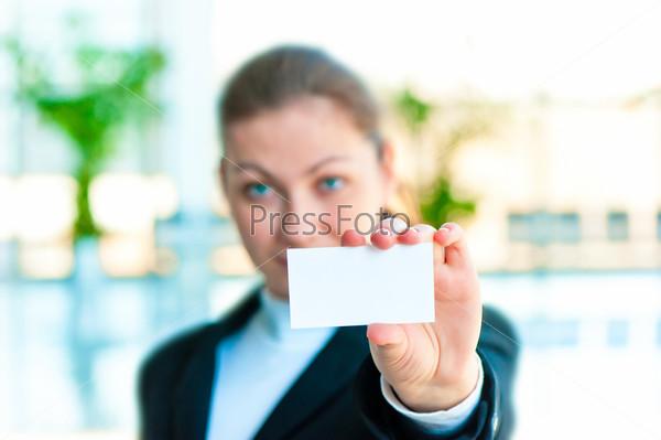 Улыбающийся менеджер держит пустую визитную карточку