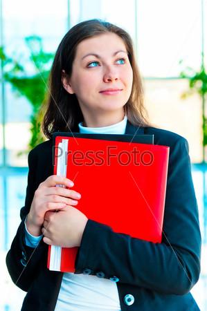 Фотография на тему Счастливая бизнес-леди с папками на фоне офисного интерьера