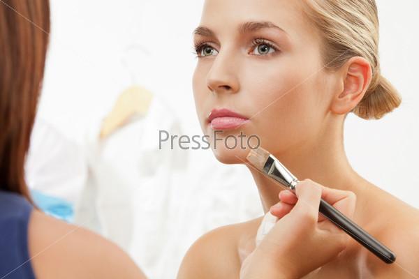 Фотография на тему Визажист красит губы кисточкой для губ