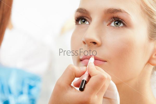 Фотография на тему Определение формы губ карандашом для губ