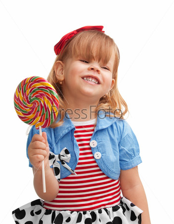 Счастливая девочка держит леденец