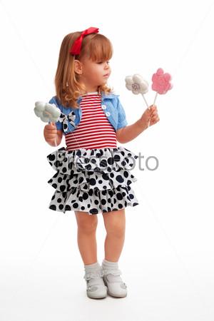 Фотография на тему Счастливая девочка стоит с конфетами
