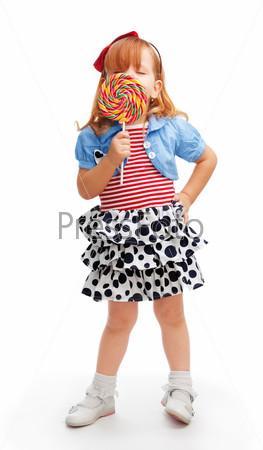 Фотография на тему Девочка ест конфету