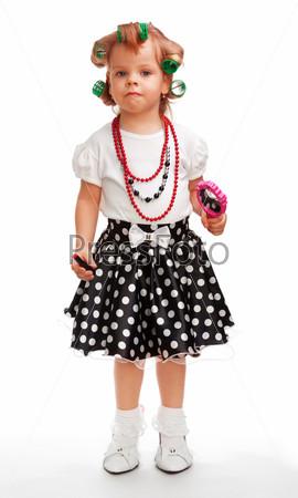 Маленькая девочка играет в большую