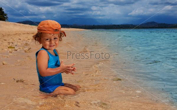 Малыш сидит в воде