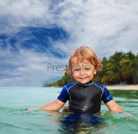 Счастливый малыш в гидрокостюме