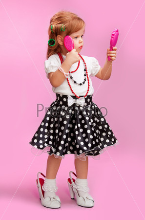Фотография на тему Маленькая девочка играет в большую
