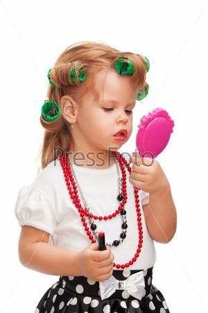 Фотография на тему Маленькая девочка строит лицо