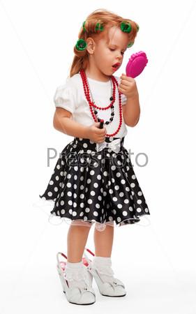 Фотография на тему Маленькая девочка играет с косметикой
