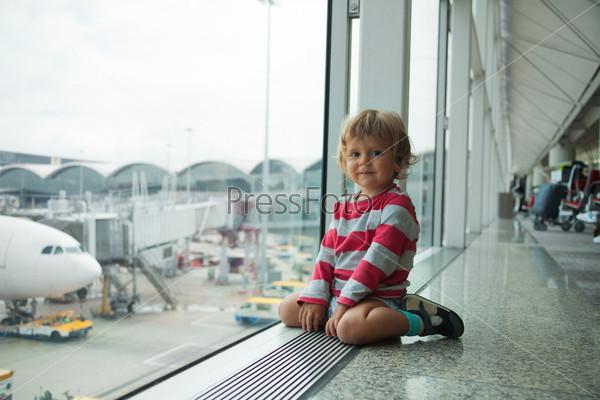 Счастливый ребенок в аэропорту