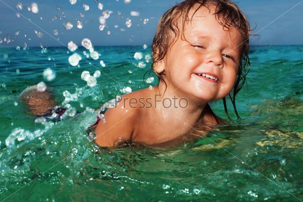 Счастливый ребенок в море