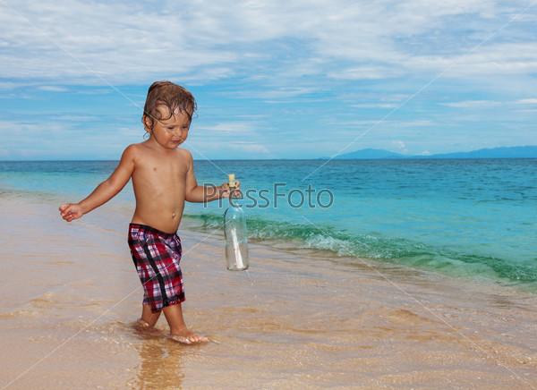 Ребенок держит бутылку с запиской