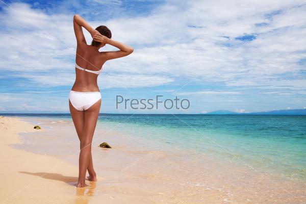 Загорелая женщина на пляже