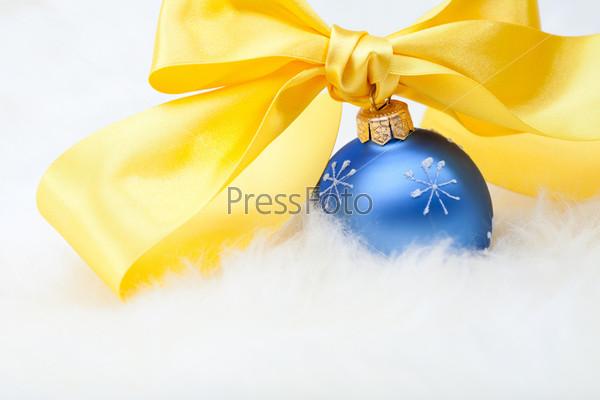 Рождественские шары с желтой лентой и бантом