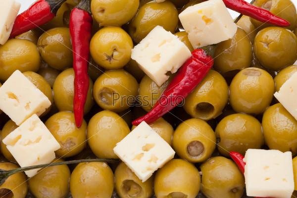 Оливки, перец чили и овечий сыр