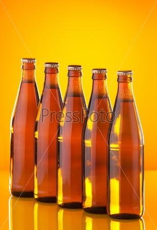 Пять бутылок с пивом