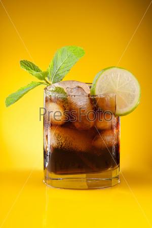Фотография на тему Кола с льдом и мятой