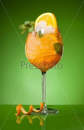 Освежающий апельсиновый напиток со льдом
