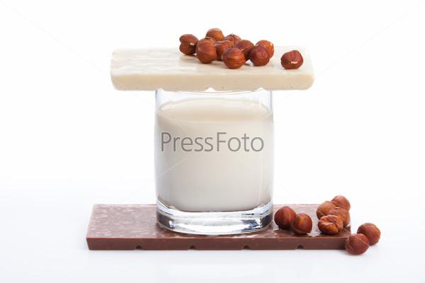 Стакан молока и шоколад с орехами