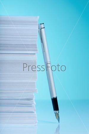 Фотография на тему Ручка и стопка бумаги