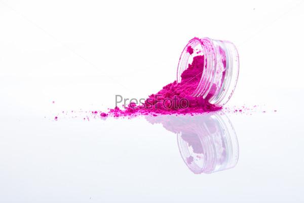 Рассыпанная розовая пудра для макияжа