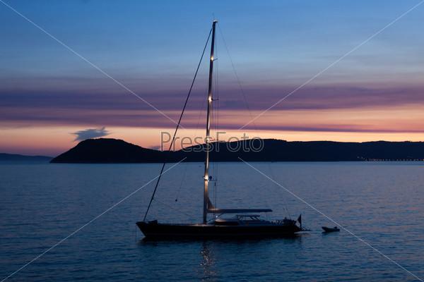 Закат над морем и лодка