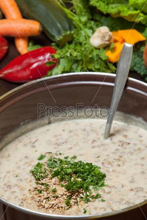 Фотография на тему Нарезанная зелень и чеснок, добавленные в суп