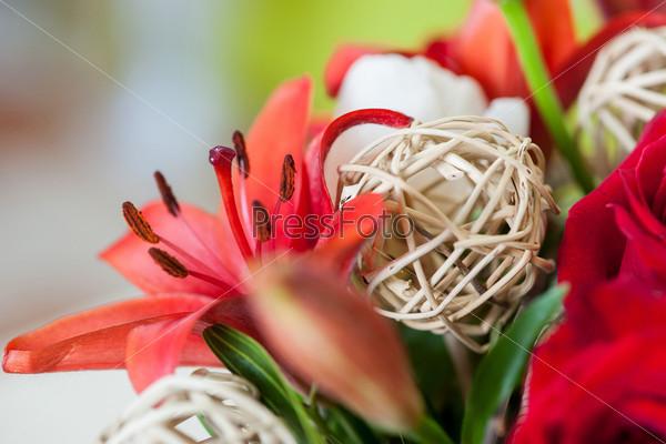 Фотография на тему Букет из цветов с декоративными элементами