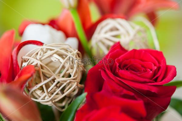 Букет из цветов с декоративными элементами