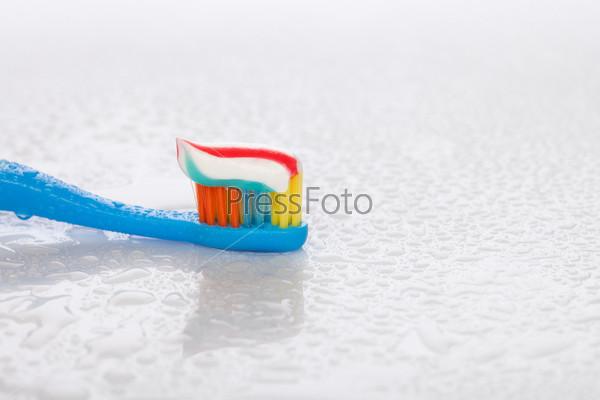 Зубная щетка и зубная паста