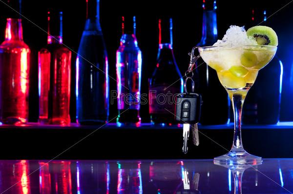 Не садитесь за руль пьяным. Ключи от автомобиля и напиток