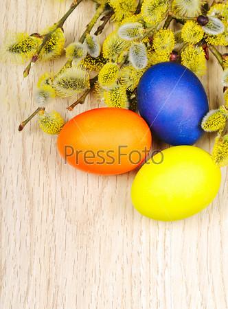 Пасхальные яйца на деревянной поверхности