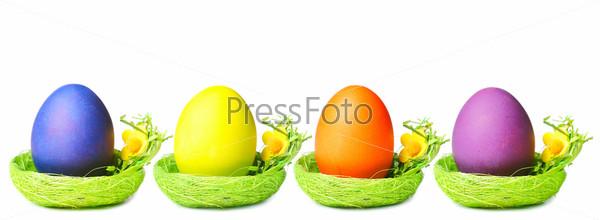 Пасхальные яйца в гнездах