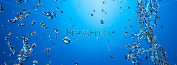 Пузыри воздуха в голубой воде