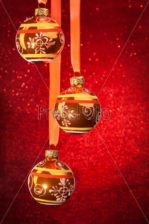 Фотография на тему Три рождественских шара на красном фоне