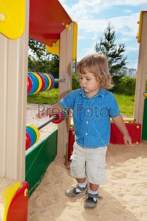 Фотография на тему Милый мальчик играет со счетами