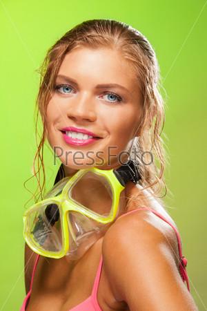 Фотография на тему Улыбающаяся девушка на зеленом фоне