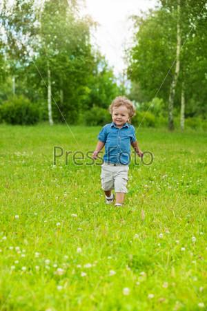 Фотография на тему Счастливый маленький ребенок бегает в парке