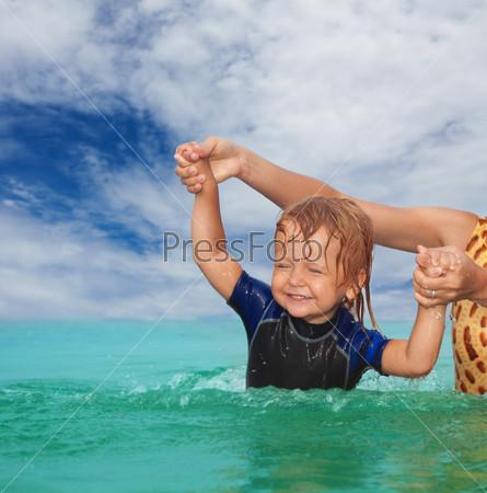Фотография на тему Мать учить маленьклго сына плавать