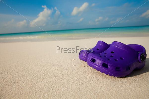 Детская обувь на пляже